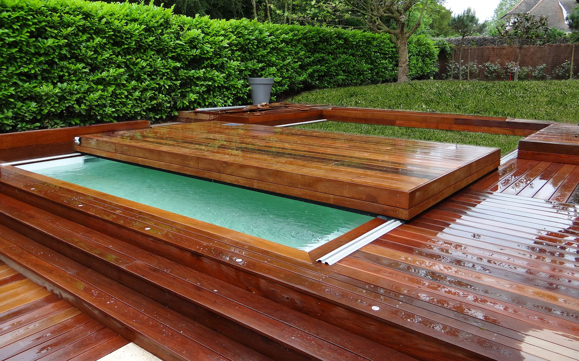 Terrasse mobile fond mobile pour piscine hidden pool for Piscine ossature bois